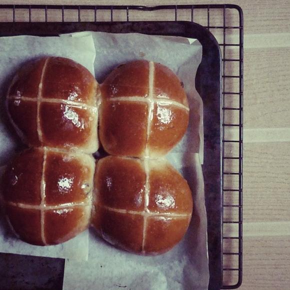 baked hot cross buns